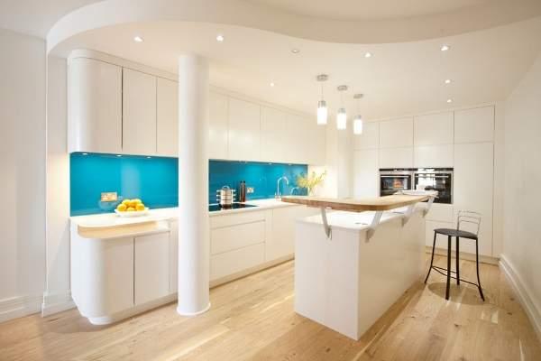 Голубой фартук для белой кухни - фото в интерьере