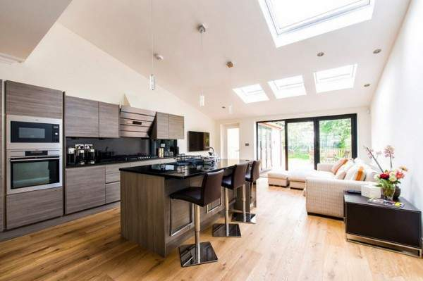 Интерьер совмещенной кухни гостиной в частном доме в современном стиле