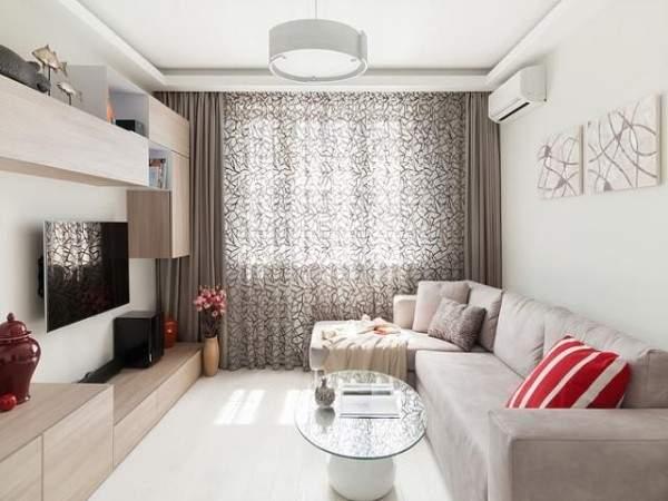 Интерьер маленькой гостиной в частном доме с красными акцентами