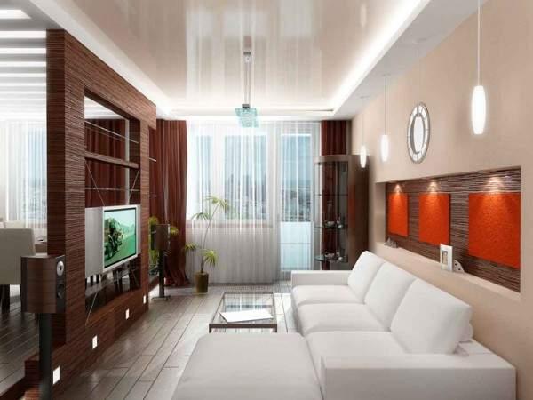 Интерьер маленькой гостиной в частном доме с зеркалами и балконом