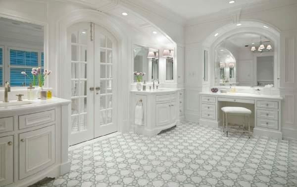 Стеклянные двери для ванной в белой деревянной раме