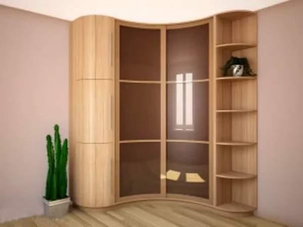 Маленький угловой радиусный шкаф купе в спальню с эркером