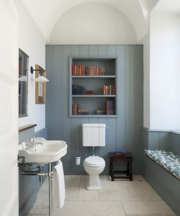 Красивый дизайн туалета со шкафом над унитазом в частном доме