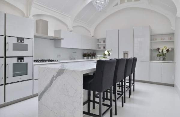 Кухня белый глянец - фото необычного дизайна в интерьере