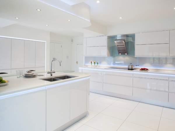 Дизайн белой глянцевой кухни - фото со светодиодной подстветкой