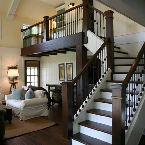Красивый дизайн лестницы в частном доме с деревянными перилами