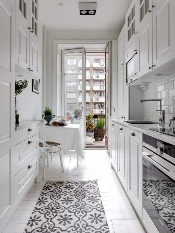 Белая кухня в интерьере - фото маленькой кухни с балконом