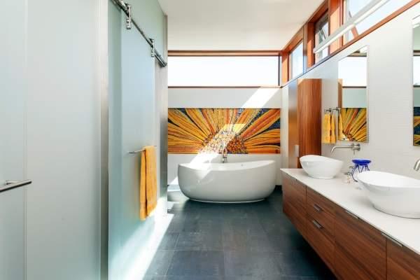 Дизайн интерьера ванной комнаты с раздвижными дверями из стекла