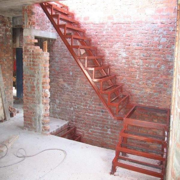 Простая сварная металлическая лестница в частном доме