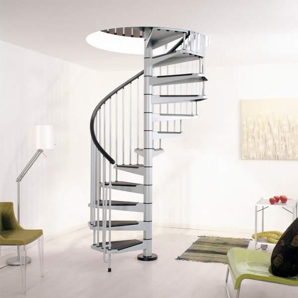 Винтовая лестница в частном доме из металла с покрытием ступеней