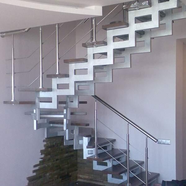 Необычная лестница из металла в частном доме с деревянными ступенями