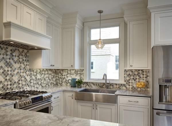 Бежево-серый фартук для белой кухни из плитки