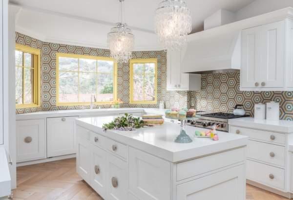 Фартук для белой кухни - фото ярких обоев для стен