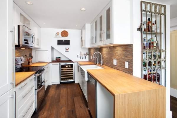 Фартук для белой кухни с деревянными столешницами
