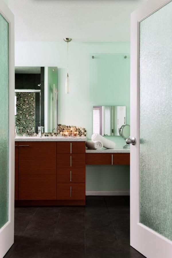 Распашные двери стеклянные для ванны и туалета