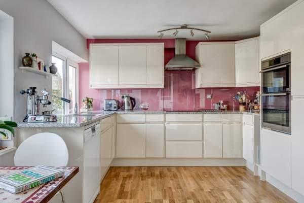 Кухня белый глянец - фото в сочетании с розовым фартуком