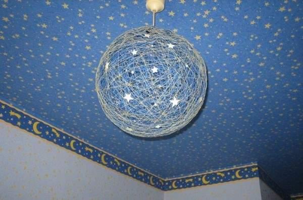 Идеи для декора дома своими руками - шар из ниток как светильник