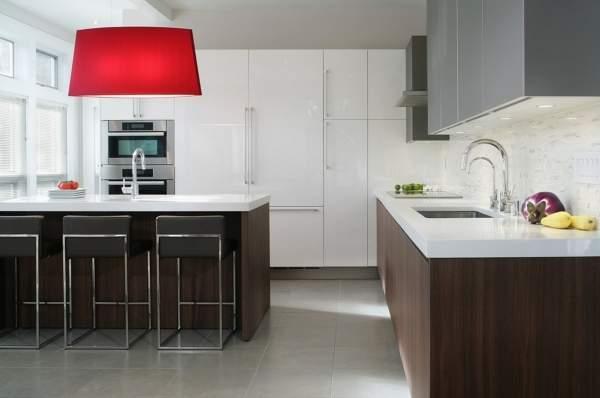Бело коричневая кухня - фото в интерьере с островом