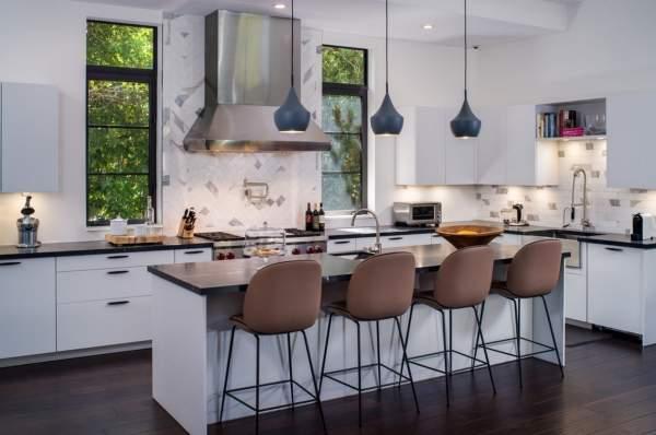 Белые кухни с темной столешницей - фото красивого интерьера в частном доме