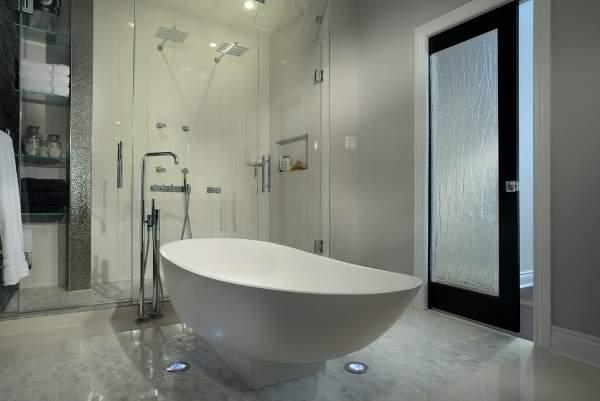 Стеклянная дверь в ванную комнату, сдвигаемая в стену
