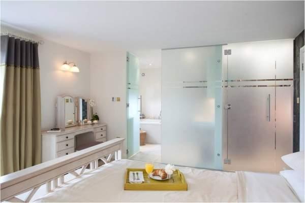 Раздвижные стеклянные двери для ванной из матового стекла с узором