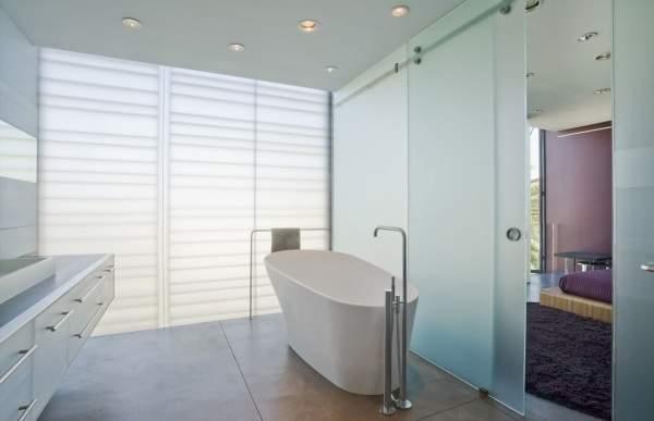 Матовые стеклянные двери для ванной в современном стиле