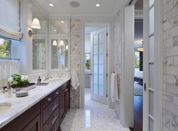 Распашная стеклянная дверь в ванную с деревянной рамой