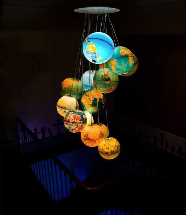 Идеи для дома из ненужных вещей - люстра светильник из глобусов