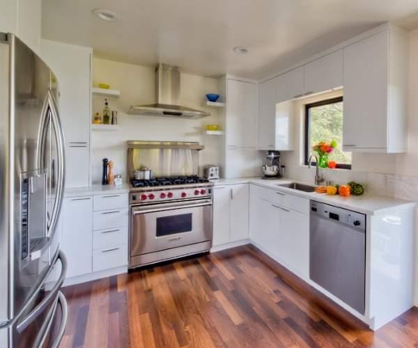 Белая угловая кухня - фото в интерьере с деревянным полом