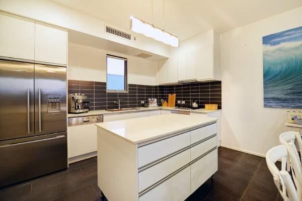 Белая угловая кухня - фото в квартире студии