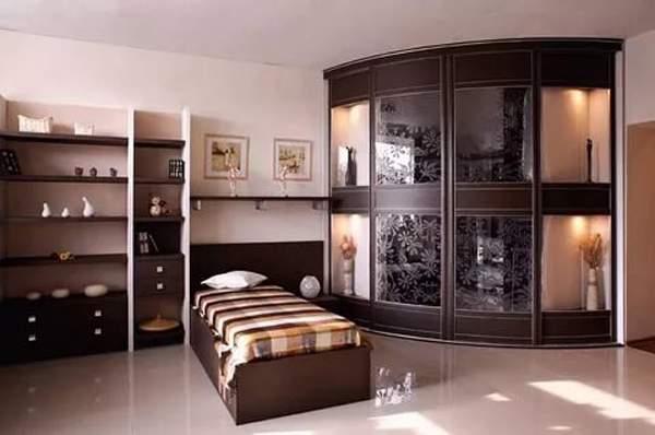 Угловой радиусный шкаф купе в спальню с зеркальными дверями