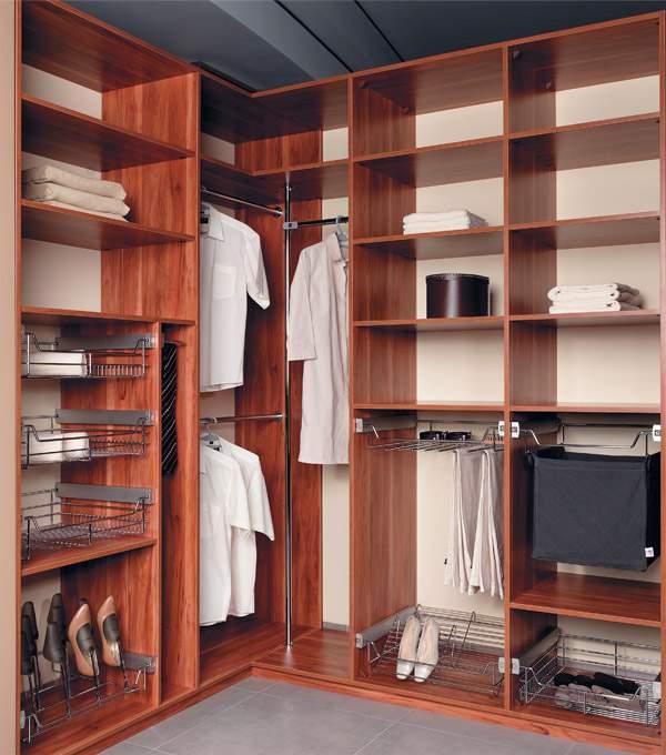 Г-образный угловой шкаф купе в спальню - наполнение на фото