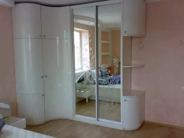 Угловой шкаф с распашными дверями и купе в спальню - фото