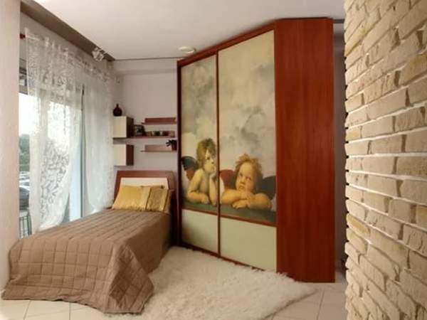 Трапециевидный угловой шкаф купе в спальню - фото в дизайне интерьера