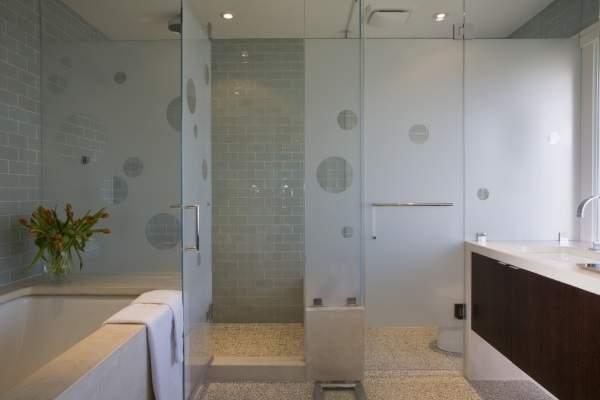 Узнайте, как купить стильные стеклянные двери для ванной