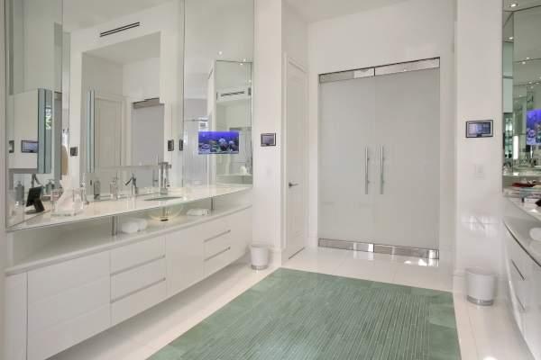 Матовые стеклянные двери для ванны с металлическими вставками