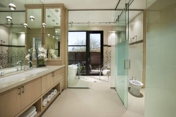 Перегородки и двери стеклянные для ванны и туалета - фото в интерьере