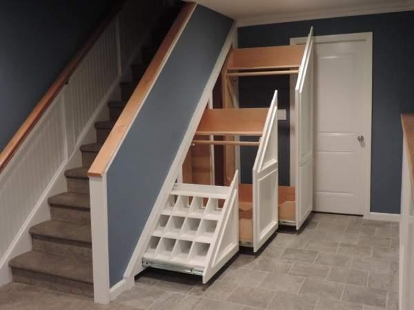 Лестницы в частном доме - фото со шкафом под ступенями