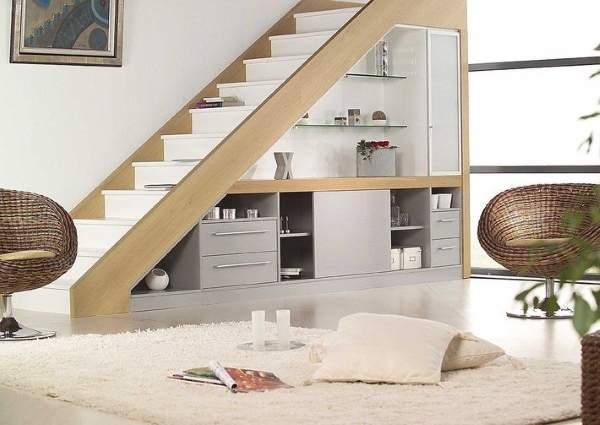 Дизайн лестницы в частном доме - фото со встроенной мебелью