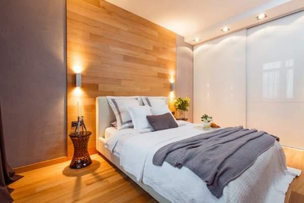 Белый встраиваемый шкаф купе в спальню с подсветкой