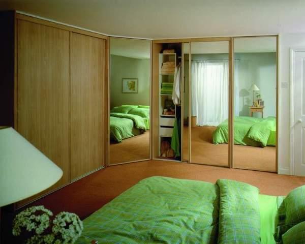 Угловой встраиваемый шкаф купе в спальню с зеркальными дверями