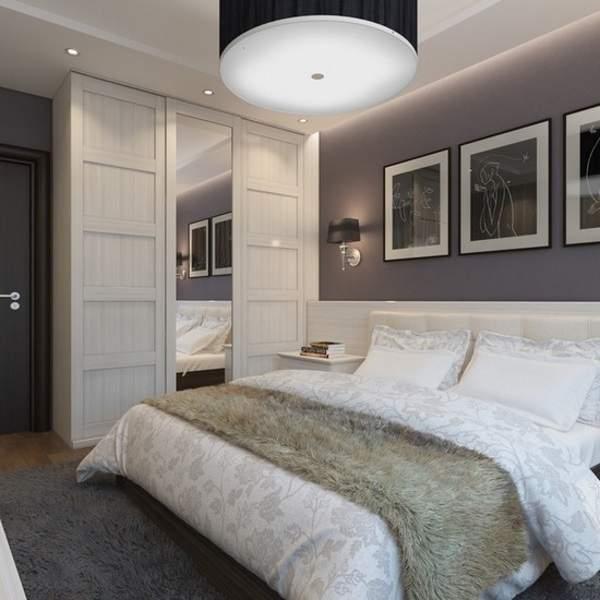 Встраиваемый шкаф купе в спальню в современном стиле с зеркалом и подсветкой