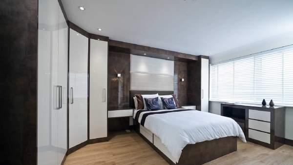 Как можно сделать угловой встраиваемый шкаф купе для спальни