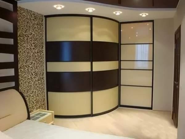 Угловой радиусный шкаф купе в спальню с подсветкой
