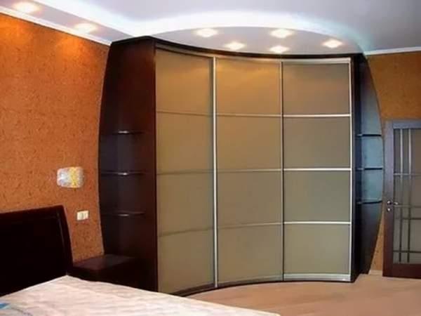 Трехдверный угловой радиусный шкаф купе в спальню с полками по бокам