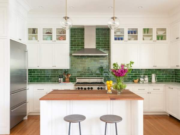 Зеленый фартук для белой кухни - фото из прямоугольной плитки