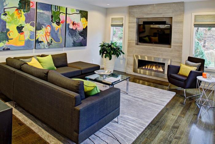 Камин и телевизор в интерьере гостиной дома