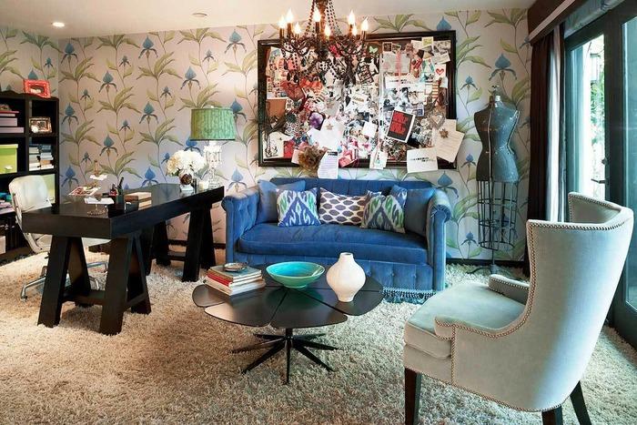 Модная гостиная частного дома в стиле эклектика