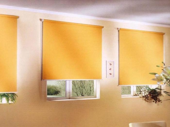 Оранжевые римские шторы на пластиковые окна фото открытого типа