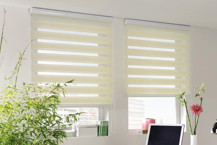 Римские шторы на пластиковые окна закрытого типа в светлых тонах